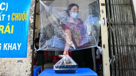 Bún đậu bán không chạm tay nhau qua tấm chắn nylon ở Hà Nội