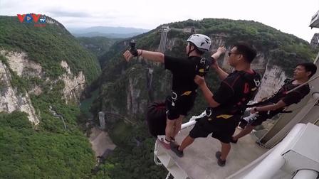 Điểm nhảy bungee cao nhất thế giới ở Trung Quốc thu hút khách du lịch sau dịch Covid-19