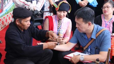 Người Thái Tây Bắc gửi gắm ước mong sức khỏe, bình an qua tục buộc chỉ cổ tay