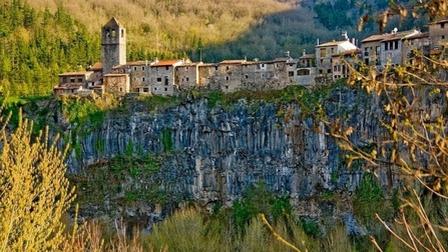 Những ngôi làng cheo leo trên vách núi