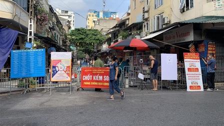 Hoạt động trở lại, chợ Hàng Bè in bảng lớn thay dán giấy chi chít để mời hàng