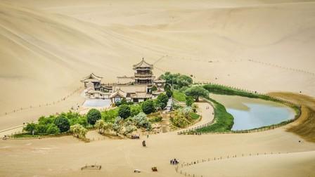 Hồ bán nguyệt 2.000 năm giữa sa mạc Trung Quốc