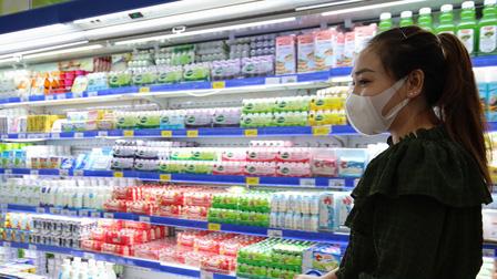 Ngày đầu người dân quận 7 đi siêu thị theo phiếu