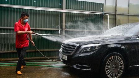Hàng rửa ôtô, sửa xe máy đông khách khi Hà Nội nới giãn cách