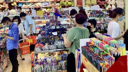 Hiệu sách ở Hà Nội mở cửa, chật cứng phụ huynh mua đồ dùng học tập cho con