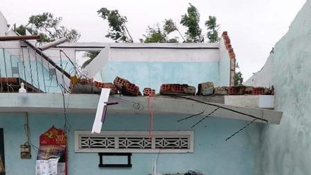 Quảng Ngãi: Hàng chục nhà bị tốc mái, hư hỏng, 10 tàu cá còn trong vùng nguy hiểm