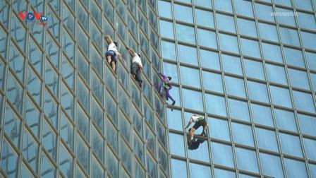 """Người nhện Alain Robert chinh phục tòa nhà chọc trời cùng """"3 chàng lính ngự lâm"""""""