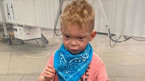 Bị từ chối lên máy bay vì con trai tự kỷ không chịu đeo khẩu trang