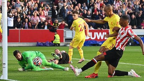 Brentford 3-3 Liverpool: Liverpool lên đỉnh bảng trong run rẩy