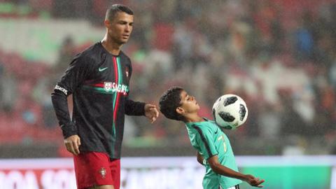 Ronaldo muốn giải nghệ rồi huấn luyện con trai tại MU