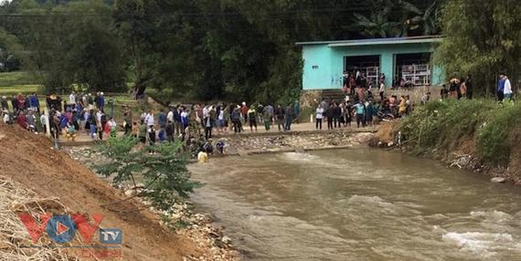 Hoà Bình: Một cháu bé bị ngã xuống suối tử vong