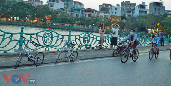 Đạp xe khám phá hồ Tây: Trào lưu mới thu hút các bạn trẻ