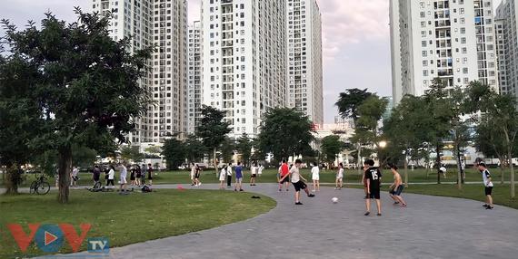Hà Nội: Công viên hồ điều hòa thành phố Giao Lưu đông vui như không hề có dịch