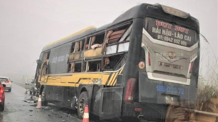 Yên Bái: Xe tải và xe khách va chạm trên cao tốc, không có thương vong