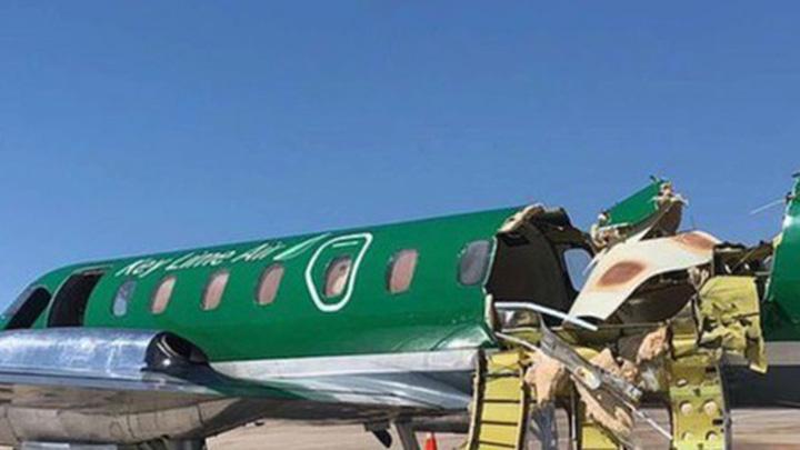 Máy bay 'bung nóc' sau vụ va chạm trên không